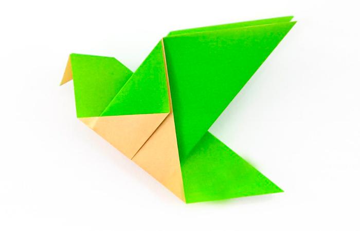Pássaro de origami feito de papel